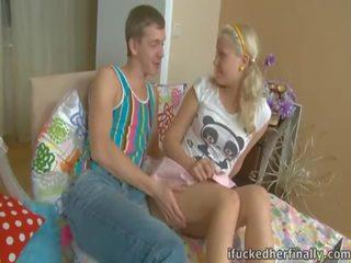 σούπερ νέος έφηβος γυμνό